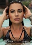 Προκλητική γυναίκα με τη σκοτεινή τρίχα στο πολυτελές κολυμπώντας κοστούμι Στοκ φωτογραφίες με δικαίωμα ελεύθερης χρήσης