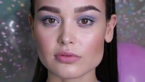 Προκλητική γυναίκα με τη σκοτεινή τρίχα με το βράδυ makeup που φλερτάρει στη κάμερα απόθεμα βίντεο