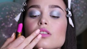 Προκλητική γυναίκα με τη σκοτεινή τρίχα με το βράδυ makeup απόθεμα βίντεο