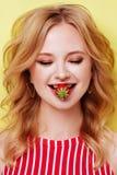 Προκλητική γυναίκα που τρώει τη φράουλα Αισθησιακά χείλια στοκ φωτογραφίες
