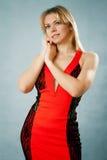 Προκλητική γυναίκα στο κόκκινο φόρεμα Στοκ Εικόνες