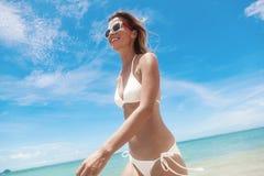 Προκλητική γυναίκα σωμάτων μπικινιών εύθυμη στην τροπική παραλία παραδείσου που έχει Στοκ φωτογραφία με δικαίωμα ελεύθερης χρήσης