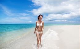 Προκλητική γυναίκα σωμάτων μπικινιών εύθυμη στην τροπική παραλία παραδείσου που έχει Στοκ Εικόνα