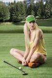 προκλητική γυναίκα φορέων γκολφ λεσχών Στοκ φωτογραφία με δικαίωμα ελεύθερης χρήσης