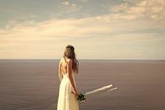 προκλητική γυναίκα Όμορφη νύφη στο άσπρο φόρεμα με τη γαμήλια ανθοδέσμη Στοκ φωτογραφία με δικαίωμα ελεύθερης χρήσης