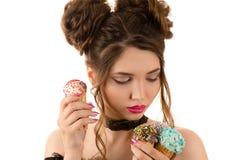 Προκλητική γυναίκα brunette με τη σγουρή τρίχα μόδας με το παγωτό διαθέσιμο Στοκ Φωτογραφία