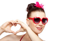 Προκλητική γυναίκα brunette στα καρδιά-διαμορφωμένα γυαλιά Στοκ Εικόνα