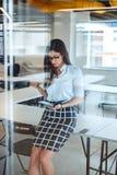 Προκλητική επιχειρηματίας που γράφει στο σημειωματάριο στοκ φωτογραφία με δικαίωμα ελεύθερης χρήσης