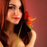 Προκλητική κόκκινη γυναίκα τριχώματος στοκ εικόνες