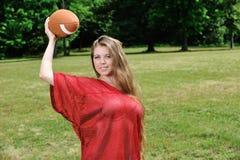 Προκλητική νέα γυναίκα - αμερικανικό ποδόσφαιρο Στοκ εικόνες με δικαίωμα ελεύθερης χρήσης