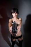 Προκλητική νέα γυναίκα με ένα πυροβόλο όπλο στοκ εικόνες με δικαίωμα ελεύθερης χρήσης