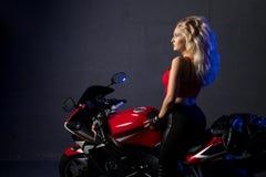 Προκλητική ξανθή συνεδρίαση σε έναν πυροβολισμό μοτοσικλετών στοκ φωτογραφίες