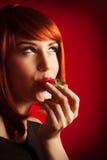 Προκλητική φράουλα γυναικείων δαγκωμάτων Στοκ Φωτογραφίες