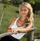 Προκλητική χαριτωμένη ξανθή γυναίκα στη φύση Στοκ εικόνα με δικαίωμα ελεύθερης χρήσης
