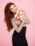 Προκλητική όμορφη γυναίκα με ένα διαμορφωμένο καρδιά δώρο Στοκ φωτογραφία με δικαίωμα ελεύθερης χρήσης