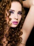 Προκλητική όμορφη γυναίκα με τα τριχώματα ομορφιάς Στοκ Εικόνες