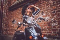 Προκλητική όμορφη τοποθέτηση κοριτσιών στο μοντέρνο μηχανικό δίκυκλο Στοκ φωτογραφία με δικαίωμα ελεύθερης χρήσης