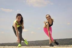 Προκλητική women athletes do exercises, κατάρτιση Στοκ εικόνες με δικαίωμα ελεύθερης χρήσης