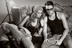 Προκλητικοί άνδρας και γυναίκα που κάνουν έναν βλαστό φωτογραφιών μόδας Στοκ Φωτογραφία
