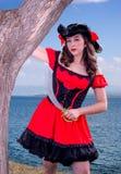 Προκλητικός θηλυκός πειρατής με το ξίφος Στοκ εικόνες με δικαίωμα ελεύθερης χρήσης