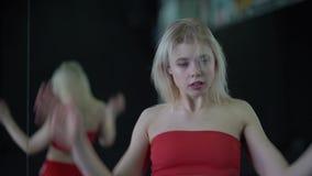 Προκλητικός ξανθός χορευτής στο φόβο τζαζ χορού στούντιο απόθεμα βίντεο