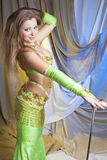 Προκλητικός χορευτής κοιλιών που στέκεται με τον κάλαμο στοκ εικόνες με δικαίωμα ελεύθερης χρήσης
