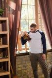Προκλητικό άτομο που αγκαλιάζει το σκυλί του στοκ εικόνα με δικαίωμα ελεύθερης χρήσης
