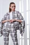 Προκλητικό αρκετά όμορφο πρότυπο ενδυμάτων ύφους μόδας γυναικών πορτρέτου Στοκ Εικόνα