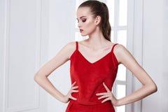 Προκλητικό αρκετά όμορφο πρότυπο ενδυμάτων ύφους μόδας γυναικών πορτρέτου στοκ φωτογραφίες