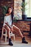 Προκλητικό θηλυκό στις γυναικείες κάλτσες ενός πλέγματος Στοκ φωτογραφίες με δικαίωμα ελεύθερης χρήσης