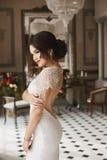 Προκλητικό και αισθησιακό πρότυπο κορίτσι brunette με τη φωτεινή σύνθεση και το μοντέρνο hairstyle, σε ένα μοντέρνο φόρεμα δαντελ στοκ φωτογραφία με δικαίωμα ελεύθερης χρήσης