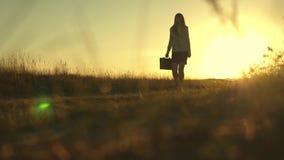 Προκλητικό κορίτσι επιχειρηματιών που τρέχει στην επαρχία επιχειρησιακή γυναίκα που περπατά κατά μήκος μιας εθνικής οδού με έναν  φιλμ μικρού μήκους