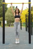 Προκλητικό κορίτσι ικανότητας που επιλύει στην υπαίθρια γυμναστική Στοκ Εικόνα