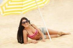 Προκλητικό κορίτσι σε swimwear σε μια παραλία Στοκ φωτογραφίες με δικαίωμα ελεύθερης χρήσης