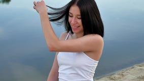 Προκλητικό κορίτσι στην παραλία το βράδυ, το ηλιοβασίλεμα, η θερινή θερμότητα υπαίθρια Στοκ εικόνες με δικαίωμα ελεύθερης χρήσης