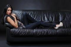 Προκλητικό κορίτσι στον καναπέ στοκ φωτογραφία