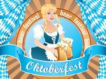 Προκλητικό κορίτσι Oktoberfest, που φορά ένα παραδοσιακό βαυαρικό φόρεμα, που εξυπηρετεί μεγάλες τις κούπες μπύρας Στοκ Φωτογραφίες