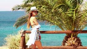 Προκλητικό νέο κορίτσι στην παραλία απόθεμα βίντεο