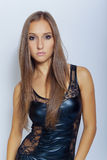 Προκλητικό νέο κορίτσι στο μαύρο φόρεμα Στοκ Εικόνες
