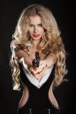 Προκλητικό ξανθό πυροβόλο όπλο πυροβολισμού γυναικών Στοκ Εικόνα