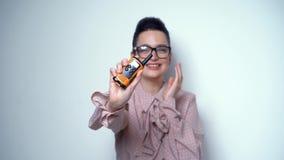 Προκλητικό Brunette με τη φορητή αναδρομική συσκευή ομιλίας στο στούντιο απόθεμα βίντεο