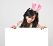 Προκλητικό bunny λευκό χαρτόνι λαβής κοριτσιών στοκ εικόνες