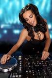 Προκλητικό curvy DJ που αναμιγνύει τη μουσική Στοκ Εικόνες