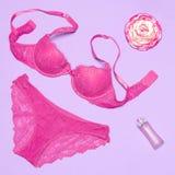 Προκλητικό lingerie δαντελλών που τίθεται με το άρωμα και το λουλούδι στοκ φωτογραφία