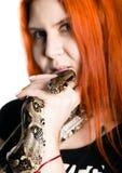 Προκλητικό redhead φίδι εκμετάλλευσης γυναικών κορίτσι φωτογραφιών κινηματογραφήσεων σε πρώτο πλάνο με pygmy python σε ένα άσπρο  στοκ φωτογραφία με δικαίωμα ελεύθερης χρήσης