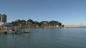 Προκυμαία στο Σαν Φρανσίσκο με τη χρυσή γέφυρα πυλών στο υπόβαθρο απόθεμα βίντεο