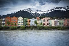 Προκυμαία του Ίνσμπρουκ με το αλπικό σκηνικό στην Αυστρία στοκ εικόνες
