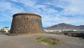 Προκυμαία του BLANCA Lanzarote Playa με το παλαιό οχυρό Napolionic Στοκ φωτογραφίες με δικαίωμα ελεύθερης χρήσης