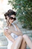 Προκλητικά λεπτά άσπρα φόρεμα και γυαλιά ηλίου γυναικείας ένδυσης σφιχτά απότομα Στοκ φωτογραφία με δικαίωμα ελεύθερης χρήσης
