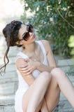 Προκλητικά λεπτά άσπρα φόρεμα και γυαλιά ηλίου γυναικείας ένδυσης σφιχτά απότομα Στοκ εικόνα με δικαίωμα ελεύθερης χρήσης